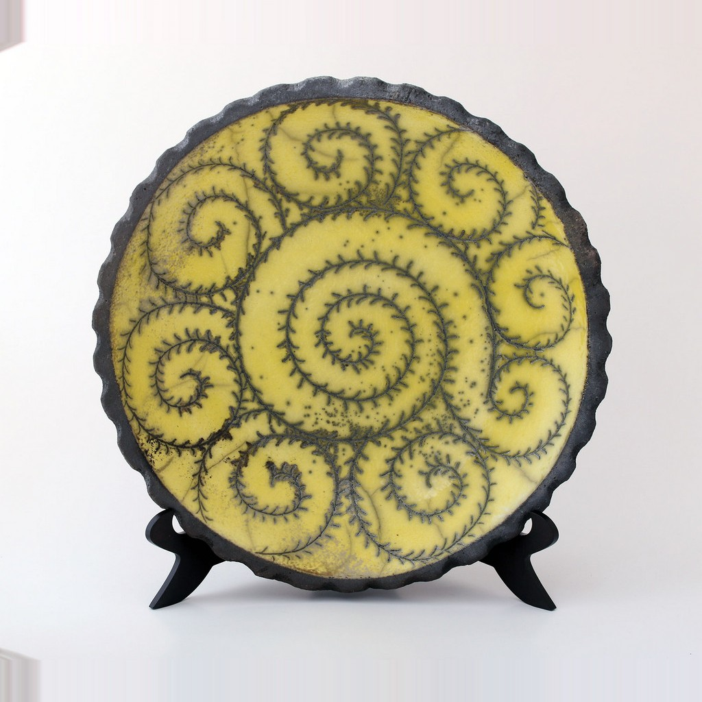 Plate with scroll pattern ;;38 - GEOMETRIC