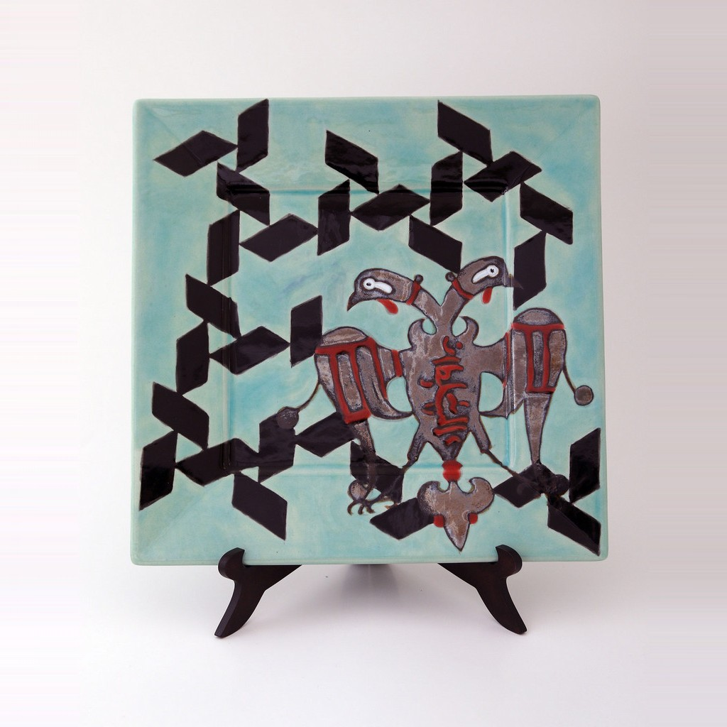 Square plate with stylized bird figure and geometrical pattern ;;30 - FIGURE & FIGURINE